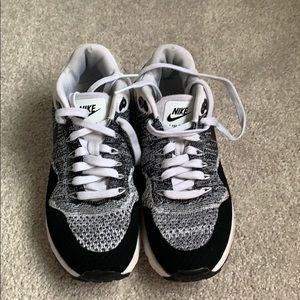 Nike air max black and white knit shoes Size 7